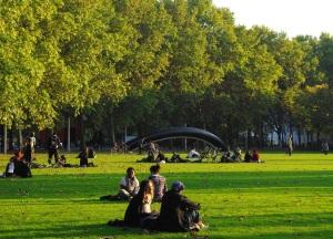 Pelouse au parc de la villette ǀ © Paris Kontrast